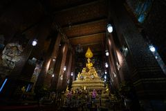 BANGKOK THAILAND - APRIL 6, 2018: Wat Pho buddisttempel - som dekoreras i guld- och ljusa färger var buddists går att be - fotografering för bildbyråer