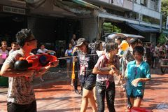 Bangkok, Thailand - April 15: Waterstrijd in Songkran-Festival Thais Nieuwjaar op 15 April, 2011 in soi Kraisi, Bangkok Royalty-vrije Stock Afbeeldingen