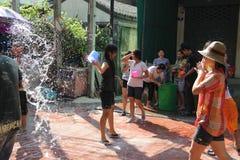 Bangkok, Thailand - April 15: Waterstrijd in Songkran-Festival Thais Nieuwjaar op 15 April, 2011 in soi Kraisi, Bangkok Royalty-vrije Stock Afbeelding