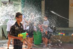 Bangkok, Thailand - April 15: Waterstrijd in Songkran-Festival Thais Nieuwjaar op 15 April, 2011 in soi Kraisi, Bangkok Stock Afbeeldingen