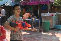 Bangkok, Thailand - April 15: Waterstrijd in Songkran-Festival Thais Nieuwjaar op 15 April, 2011 in soi Kraisi, Bangkok, Thailand Stock Foto's