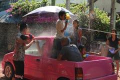 Bangkok, Thailand - April 15: Waterstrijd in Songkran-Festival Thais Nieuwjaar op 15 April, 2011 in soi Kraisi, Bangkok Stock Fotografie