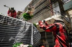 Bangkok Thailand: Arbetare eller anställda som bär blommor Arkivfoto