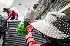 Bangkok Thailand: Arbetare eller anställda som bär blommor Arkivbild