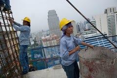 Bangkok Thailand, arbetare på överkanten av en byggnadsplats Arkivbild
