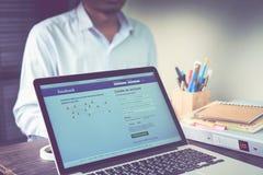 Bangkok, Thailand - 23. August 2017: Anmeldungs-Schirm-Facebook-Ikonen auf Apfel macbook Pro größtes und populärstes Social Netwo Lizenzfreie Stockbilder
