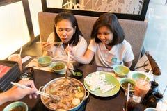 Bangkok, Thailand - 3. August 2017: Asiatinnen teilen eine Mahlzeit mit den Freunden und feiern die Feiertage Stockfotografie