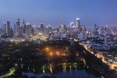 Bangkok, Thailand - 1. August 2017: Bangkok Skyline und Lumpini parken, der größte allgemeine Park des Verbots Lizenzfreies Stockbild