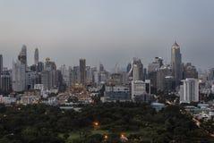 Bangkok, Thailand - 1. August 2017: Bangkok Skyline und Lumpini parken, der größte allgemeine Park des Verbots Stockfoto