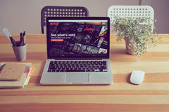 Bangkok, Thailand - 23. August 2017: Netflix APP auf Laptopschirm Netflix ist ein internationaler führender Abonnementservice Stockbild