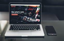 Bangkok, Thailand - 23. August 2017: Netflix APP auf Laptopschirm Netflix ist ein internationaler führender Abonnementservice Stockfotos