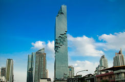 BANGKOK, THAILAND - 28. AUGUST 2016: Neues modernes Gebäude Bangkoks findet im Geschäftsbereich, Mahanakhon-Turm, das höchste Geb stockfotografie