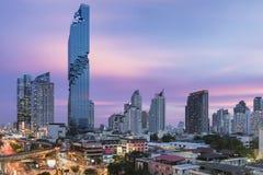 Bangkok Thailand - Augusti 26, 2016: Bangkok nya mest högväxta byggnad, MahaNakhon på solnedgången Arkivfoto