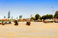 Dagen beskådar av Chao Phraya River med fartyg och besegra-town byggnader i Bangkok Royaltyfri Bild