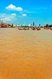 Dagen beskådar av Chao Phraya River med fartyg och besegra-town byggnader i Bangkok Royaltyfri Fotografi