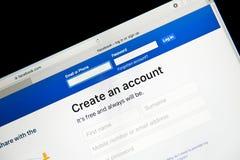 BANGKOK THAILAND - Augusti 8: Den hemsidaFacebook inloggningen och undertecknar upp Du kan logga in Eller, om du inte har ett kon Arkivbild