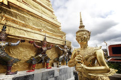 BANGKOK THAILAND - AUGUSTI 23: Det arkitektoniska under-återställandet av Wat Phra Kaew Royaltyfri Foto