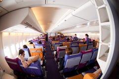 Bangkok Thailand - Augusti 31, 2009: Inre gammal Boeing 747-400 ekonomiklass i Thai Airways i Suvarnabhumi Royaltyfria Bilder