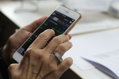 Bangkok Thailand: Augusti 26, 2017 kör den strömmande applikationen på Iphone arkivfoto