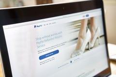 Bangkok Thailand - Augusti 23, 2017: Paypal webbsidor på bärbar datorskärmen är en populär och internationell metod av pengaröver Royaltyfri Bild