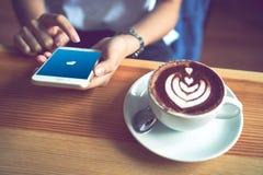 Bangkok Thailand - Augusti 23, 2017: Paypal webbsidor på skärmen för äppleiphone 6 är en populär och internationell metod av peng Fotografering för Bildbyråer