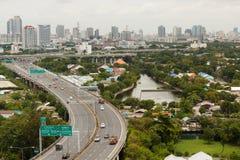 BANGKOK THAILAND - AUGUSTI 9 2014: Stadssikten från byggnaden, kan se si tjalla motorvägsektor A på den Rama droppvägen, Bangkok  Arkivfoto