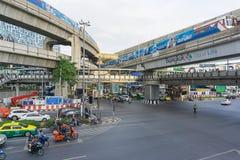 Bangkok Thailand Augusti 24,2016: Upptagen trafik på Pathum Wan Intersection i Bangkok Thailand Royaltyfri Bild