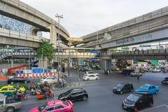 Bangkok Thailand Augusti 24,2016: Upptagen trafik på Pathum Wan Intersection i Bangkok, Thailand Arkivbild