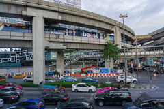 Bangkok Thailand Augusti 24,2016: Upptagen trafik på Pathum Wan Intersection i Bangkok, Thailand Fotografering för Bildbyråer