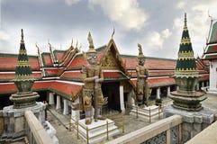 BANGKOK THAILAND - AUGUSTI 23, 2015: Utfärda utegångsförbud för inget 5 Koei Sadet (bakre) port av Wat Phra Kaew Royaltyfria Foton