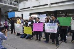 Bangkok Thailand: Augusti 31, 2016 - vadställes bilanvändaren i Thailand får en prålig folkhop på premiärministerns kontor Royaltyfria Bilder