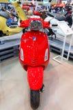 BANGKOK THAILAND - AUGUSTI 23 2014: Vespaen Piaggio sprintar showmotorcykeln på stora motoriska Sale, Bitec Bangna, Bangkok Thail Arkivfoton
