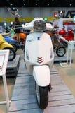 BANGKOK THAILAND - AUGUSTI 23 2014: Vespaen Piaggio sprintar showmotorcykeln på stora motoriska Sale, Bitec Bangna, Bangkok Thail Royaltyfri Foto
