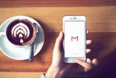 Bangkok, Thailand - Augustus 23, 2017: Apple-iPhone 6 met het embleem van Google Gmail app op de vertoning Gmail is het populairs Royalty-vrije Stock Afbeeldingen
