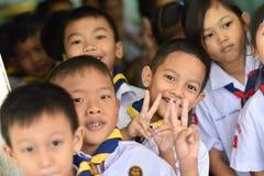 BANGKOK THAILAND - 23 Augustus, 2017: De groep Kleuterschoolkinderen of jonge studenten is gelukkige glimlach en houdt twee vinge Royalty-vrije Stock Afbeelding