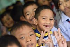 BANGKOK THAILAND - 23 Augustus, 2017: De groep Kleuterschoolkinderen of jonge studenten is gelukkige glimlach en houdt twee vinge Royalty-vrije Stock Foto