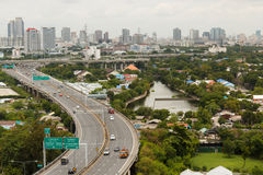 BANGKOK THAILAND - 9 AUGUSTUS 2014: De stadsmening van het gebouw, kan Si-de Sector A van de Rattensnelweg op Rama IV zien Weg, B Stock Foto