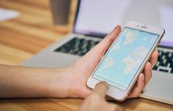 Bangkok, Thailand - Augustus 23, 2017: De vrouwen houden een telefoon met toont het scherm Google Maps de diensttoepassing van de Royalty-vrije Stock Afbeeldingen