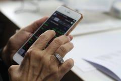 Bangkok, Thailand: 26 augustus, het Stromen van 2017 toepassing loopt op Iphone stock foto