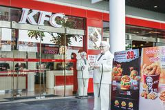 BANGKOK, THAILAND 22 Augustus, 2017: Kolonelharland sanders standbeeld die zich voor Kentacky Gebraden kippenrestaurant bevinden Stock Afbeelding
