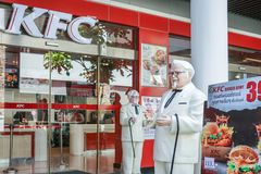 BANGKOK, THAILAND 22 Augustus, 2017: Kolonelharland sanders standbeeld die zich voor Kentacky Gebraden kippenrestaurant KFC bevin Stock Afbeeldingen
