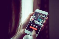 Bangkok, Thailand - Augustus 23, 2017: Netflix app op het slimme telefoonscherm Netflix is de internationale belangrijke abonneme Royalty-vrije Stock Afbeelding