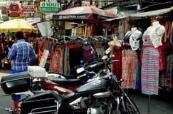 Bangkok Thailand: Bekläda på den Khao San vägen Arkivfoto