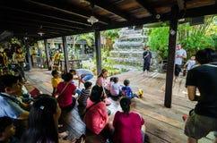 Bangkok Thailand: Besökare som väntar på byggnadsställningdockan Royaltyfria Foton