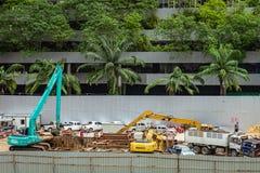 Bangkok - Thailand, 29 2018: Bouwersarbeider en graafwerktuiglading royalty-vrije stock afbeeldingen