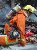 Bangkok/Thailand - 05 29 2010: Brandmän arbetar på den pyra World Trade Center arkivbild