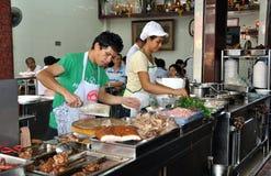 Bangkok, Thailand: Chinatown-Gaststätte-Arbeitskräfte lizenzfreie stockfotos