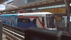 BANGKOK, THAILAND - CIRCA im März 2017: Metro overground Untergrundbahn, die zu der Station kommt stock footage