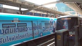 BANGKOK, THAILAND - CIRCA im März 2017: Metro overground Untergrundbahn, die zu der Station kommt stock video footage