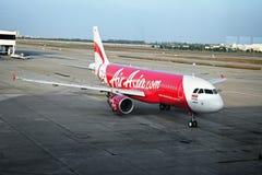 BANGKOK, THAILAND - CIRCA-JANUARI 2014: De Luchtbus van lijnvliegtuigairasia A32 Stock Foto's